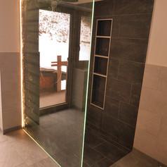 Duschtrennwand mit LED-Einlage für ein leuchtendes Glaselement