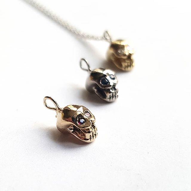 Pendentif mini skull or et pierres