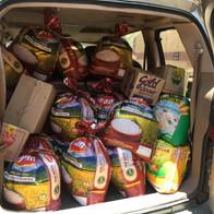 Een auto vol eten voor voedselpakketten