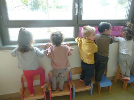 enfant-devant-une-fenêtre.jpg