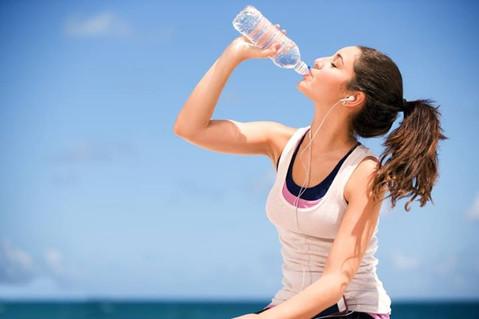 5 סיבות מצוינות לשתות כמה שיותר מים, במיוחד בקיץ.