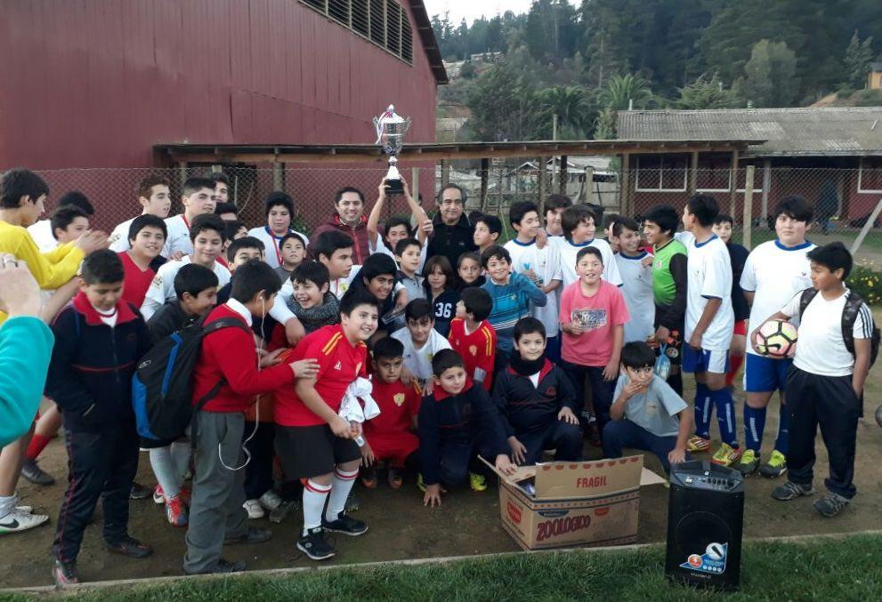 El trofeo principal se quedó en casa. Junto a los entusiastas jugadores el Coordinador de Educación Extraescolar de Vichuquén Óscar Salas Navarro y el director de la escuela de Aquelarre, que esta vez fue la sede del encuentro.