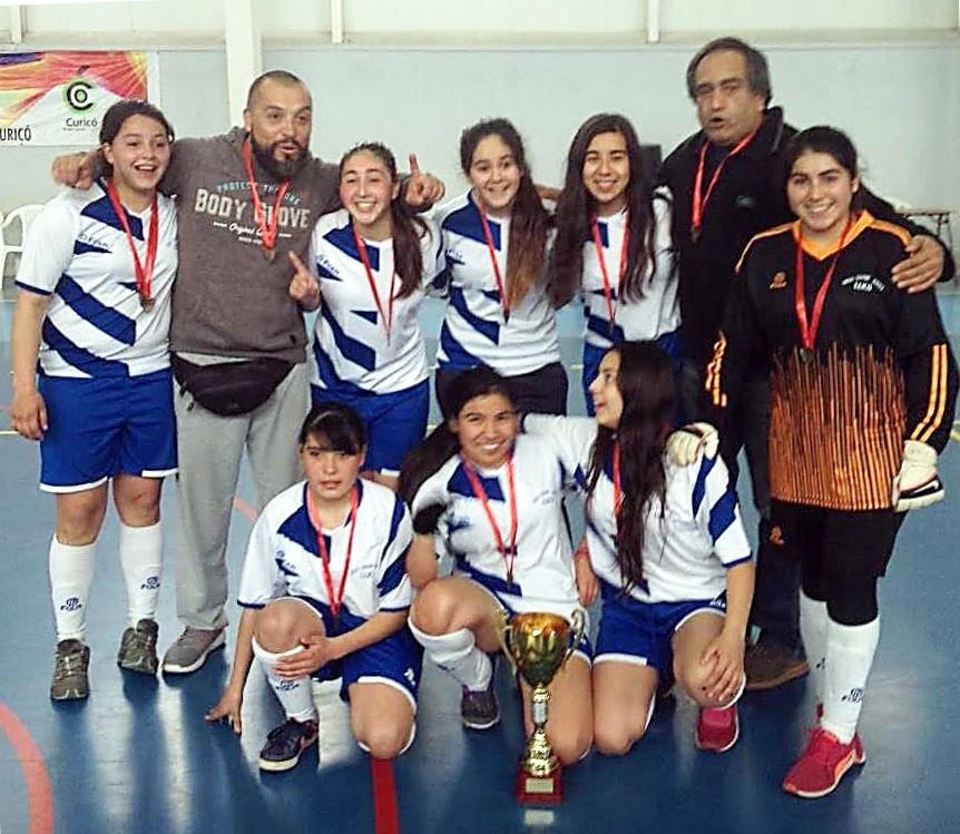 Una alegría mayúscula. El equipo vichuquenino ganó copa y el derecho a competir en el campeonato regional de Futsal Femenino a disputarse en San Clemente la próxima semana. En la Gráfica junto a los profesores Miguel Ávila y Óscar Salas.