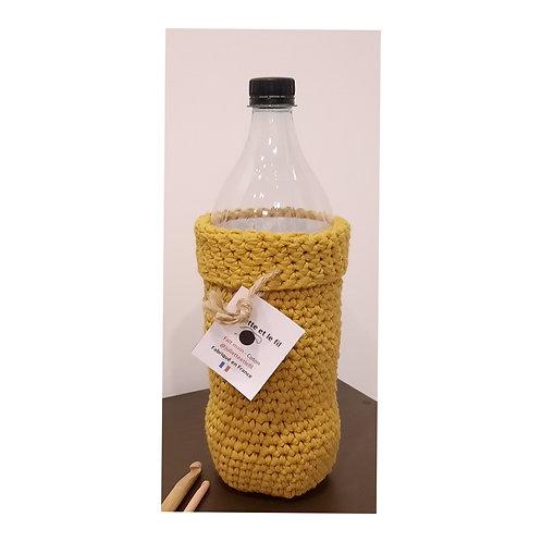 """""""Habit"""" de bouteille jaune moutarde au crochet"""