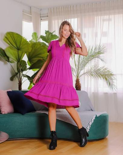 Vestido com detalhes em renda rosa (P)