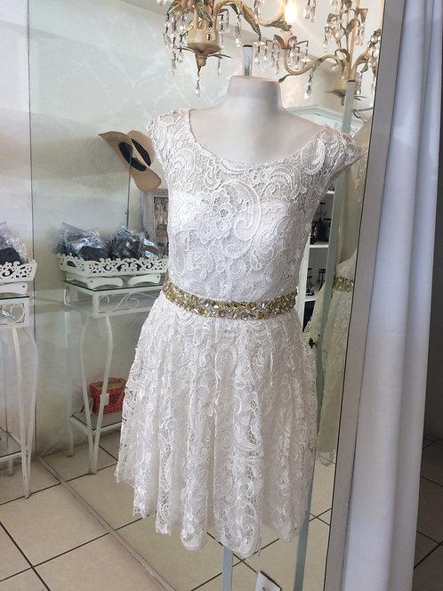 Vestido de renda com cinto bordado (P)