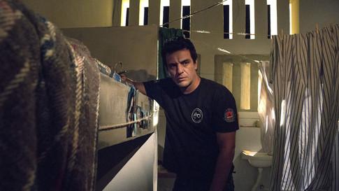 """Com estreia tímida, segunda temporada de """"Carcereiros"""" aumenta o ritmo da anterior"""