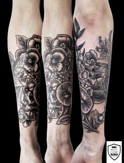 tatuaż graficzny, kwiaty