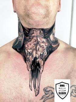 tatuaż graficzny na szyi