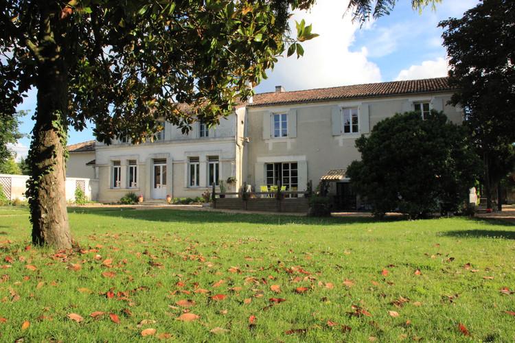 La maison vue du parc
