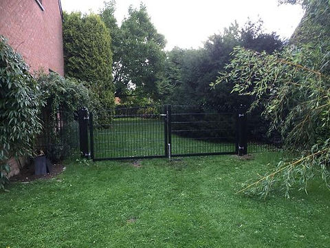 La barrière, comme le portail en métal, peut aussi bien s'adapter à une clôture de maison individuelle qu'à une clôture industrielle. Son style s'harmonise à celui de la clôture et de nombreuses teintes peuvent être employées pour le mettre en valeur. De gros diamètre, les barreaux répondent à des besoins précis. Vous pouvez indiquer des choix particuliers pour la disposition ou l'espacement de ces barreaux et demander l'ajout d'éléments spécifiques. Notre société Clôtures Neuville à Manhay réalise toujours une étude de faisabilité avant de donner son aval à votre projet. Les conseillers sont à votre écoute, toujours prêts à répondre à vos interrogations.