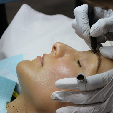 Training Microblading school students train