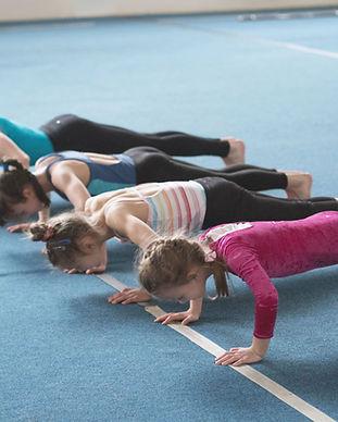 Meisjes die opdrukoefeningen doet