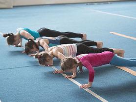 Meninas fazendo flexões