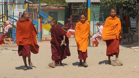 2. Jóvenes monjes budistas.jpg