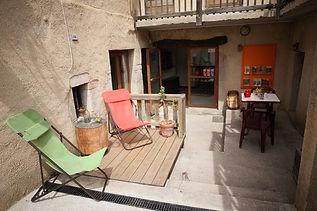Terrasse de l'auberge de Valdrôme dans le Haut-Diois entre Vercors et Baronnies qui propose un hébergement, un restaurant et un bar