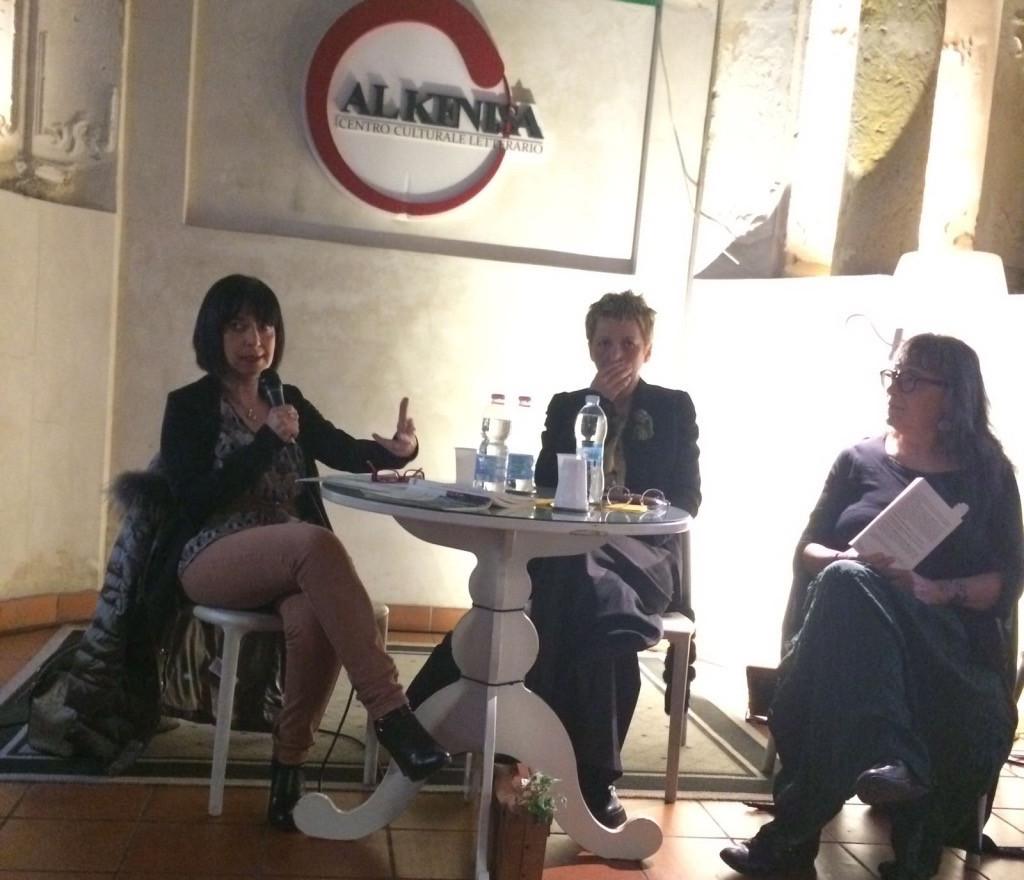 Francesca Alessandra dialoga con la scrittrice Eliva Seminara (al centro)