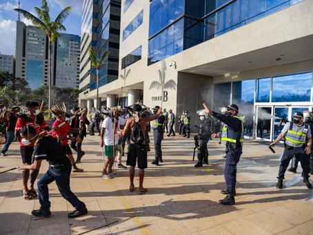 Em manifestação, indígenas são atacados com bombas na entrada da Funai no DF