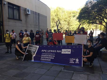 Comunidade universitária realiza ato contra intervenção e mudanças estruturais na UFRGS