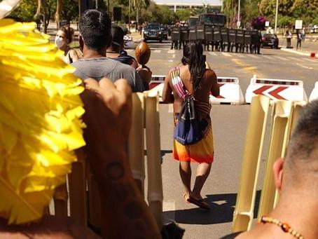 Indígenas são recebidos com bombas de gás e balas de borracha na Câmara dos Deputados
