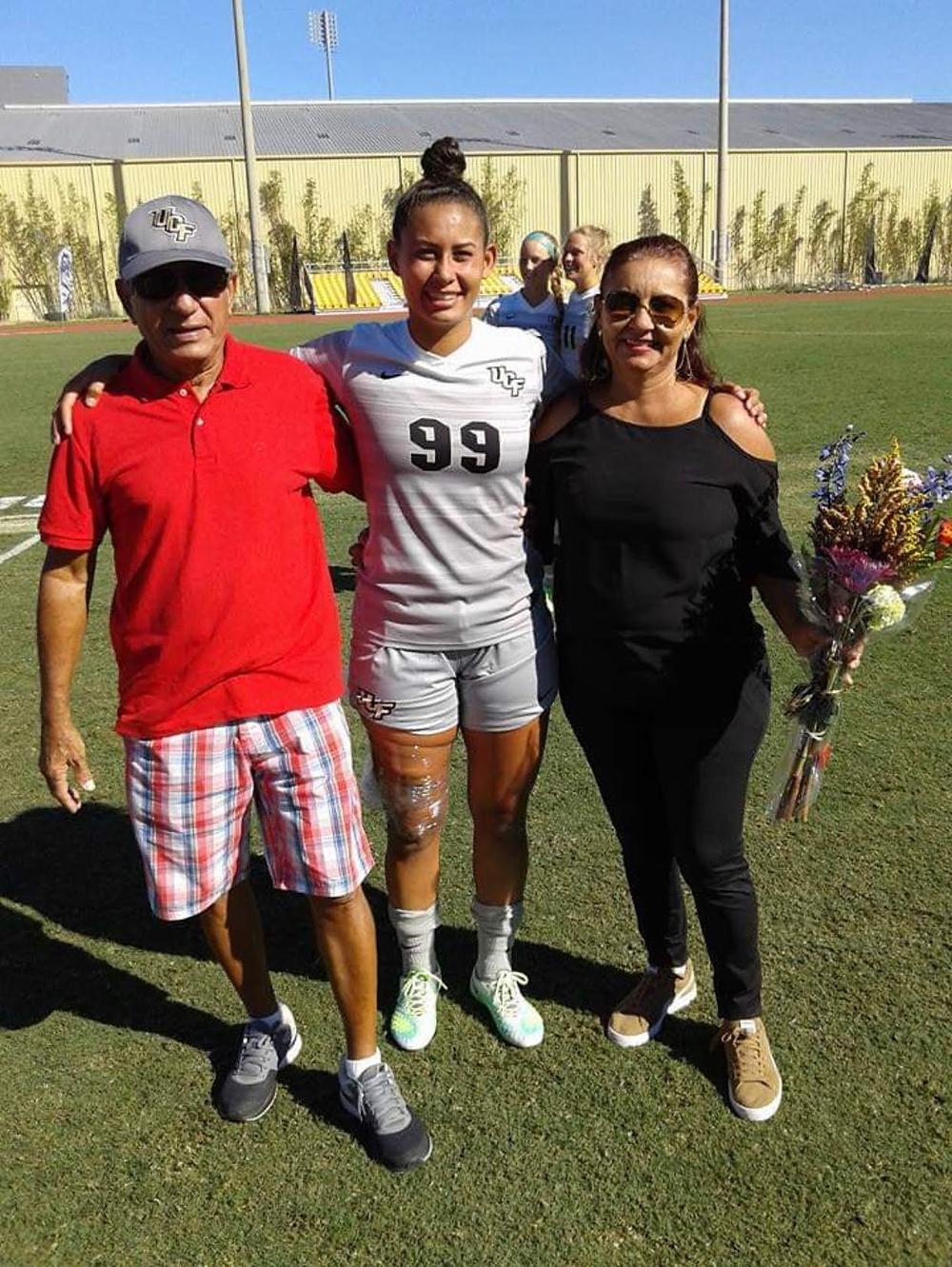 Atual atleta do Palmeiras Feminino, Carol Rodrigues posa com os seus pais após o jogo do seu time University of Central Florida, nos EUA