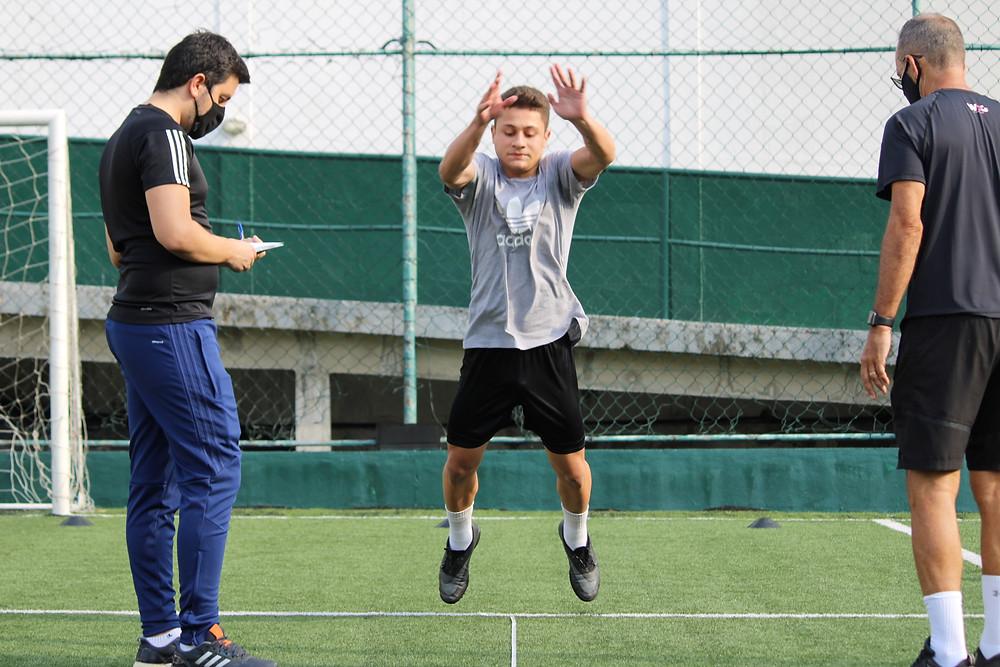 Jogador de futebol fazendo treino físico