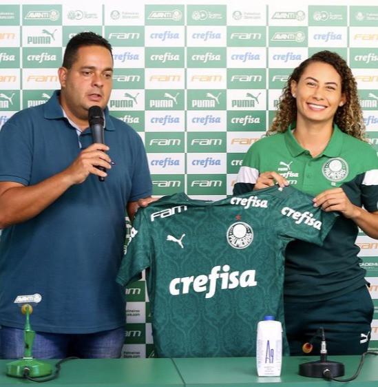 A Atleta de futebol feminino, Ana Caroline Rodrigues, sendo apresentada ao Palmeiras