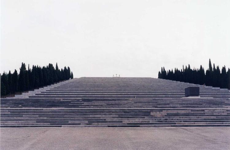 Redipuglia è uno dei monumenti per eccellenza; si impone con forza nel contesto in cui si inserisce divenendo esso stesso luogo.
