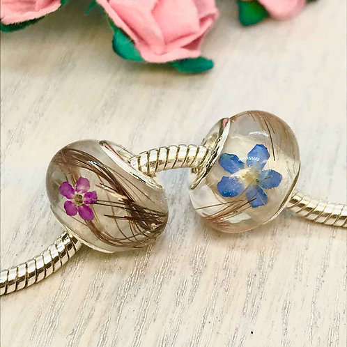 Beads containing a 'Forget me not' flower for Ashes, fur or hair