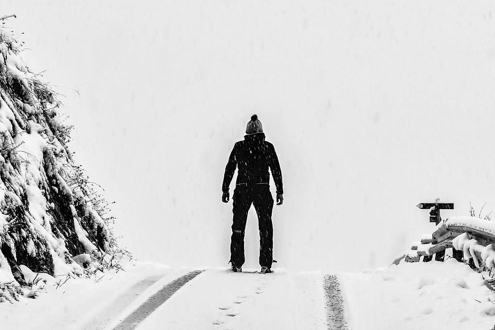 vyras sviege juodai balta