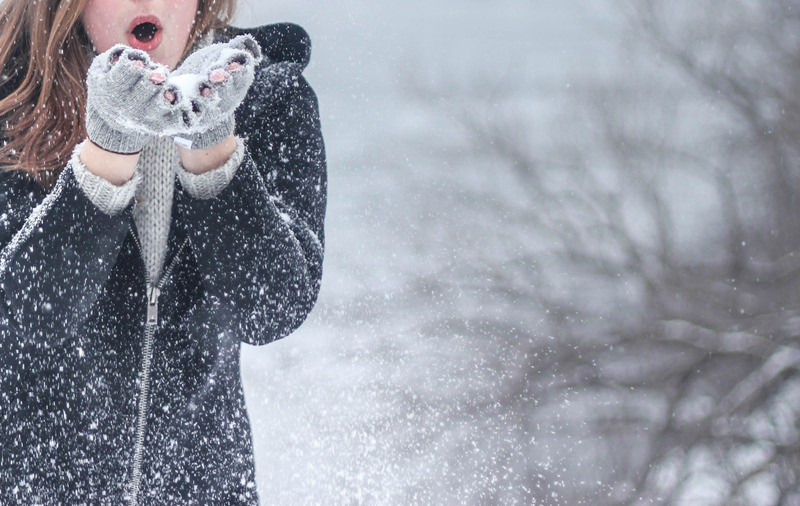 mergina sniege ziema