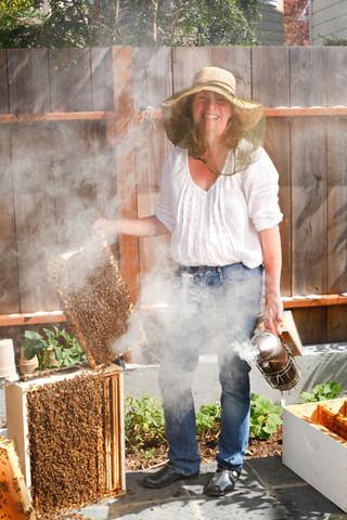 MaryEllen_beekeeper_291.JPG