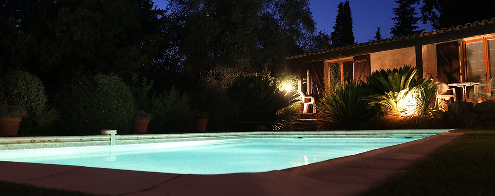 Chambres d'hôtes La Bastidasse - vue de la piscine de nuit - Côte d'Azur - French Riviera - La Roquette sur Siagne