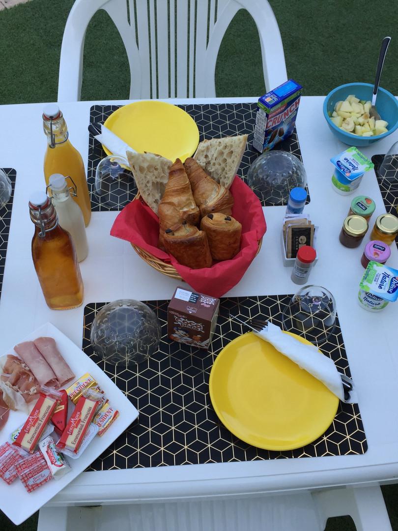 La Bastidasse petit déjeuner 1.jpg