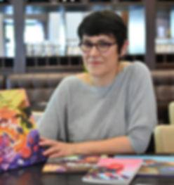 """Portrait de Maryse Alonso gérante des éditions de Karibencyla tenant dans ses mains le livre """"Jordi, le Dragon et la princesse""""."""