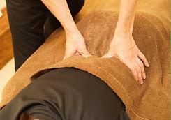 次に筋肉のコリや痛みを誘発している硬結をマッサージします