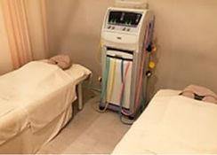 初めに保険診療で電気物理療法を行います