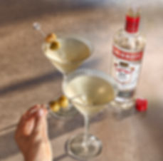 smirnoff dirty martini hand 05_GRADED_wi
