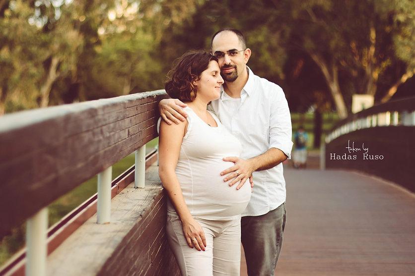 תמונת הריון זוגית על גשר