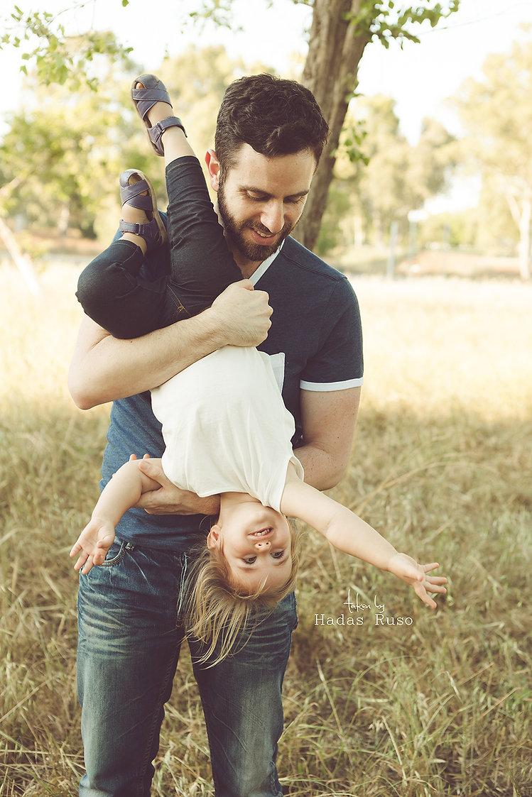 ילדה משחקת עם אבא