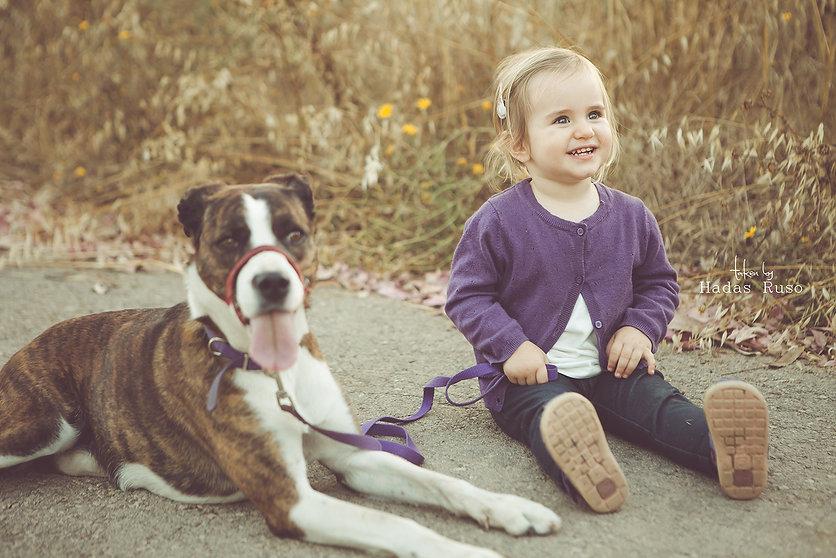 ילדה וכלב