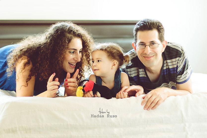 משפחה מצטלמת בבית