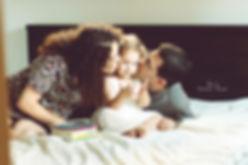 אמא ואבא מנשקים ילדה