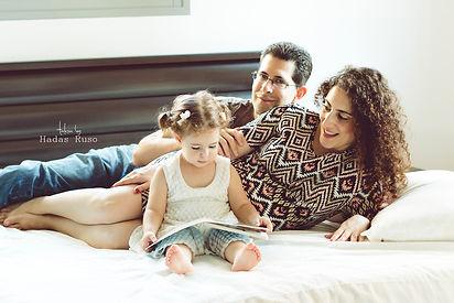 הורים וילדה