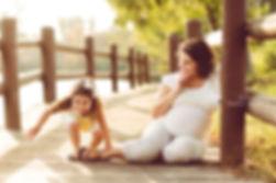 אישה בהריון וילדה בטבע