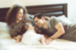 זוג בהריון עם ילדה