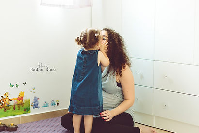 ילדה מנשקת אמא