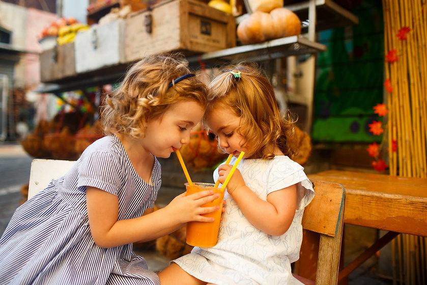 ילדות שותות מיץ