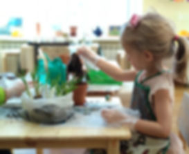 Ребенок ухаживае за цветком