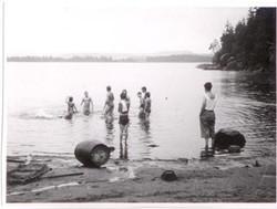 Bading i en svensk skovsø: Töllsjön